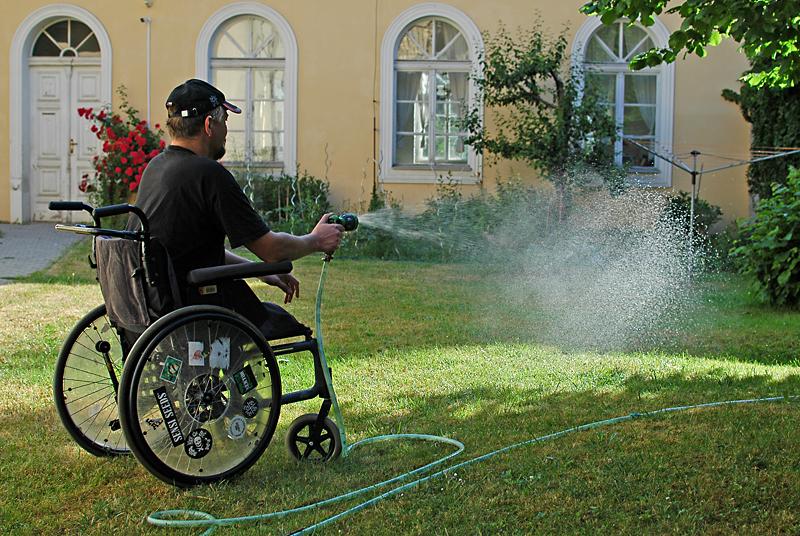 josef zalévá zahradu